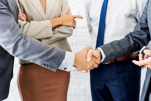 Concepto de colaboración de apretón de manos de equipo empresarial