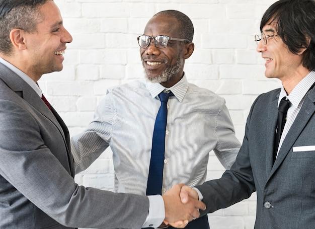 Concepto de colaboración de handshake de equipo de negocio