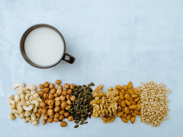 Concepto de comida y bebida, cuidado de la salud, dieta y nutrición. leche de nuez. diferentes frutos secos.