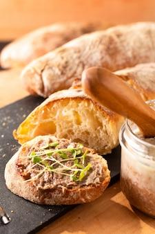 Concepto de comida carne de res francesa rillettes esparcidos sobre pan de chapata artesanal crujiente casero