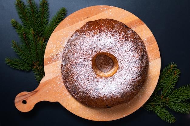 Concepto de comida casera gugelhupf bundt pastel de levadura de europa central en negro