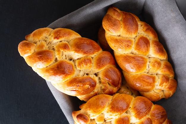 Concepto de comida casera masa de challah de trenza de pan recién horneado en cesta de pan