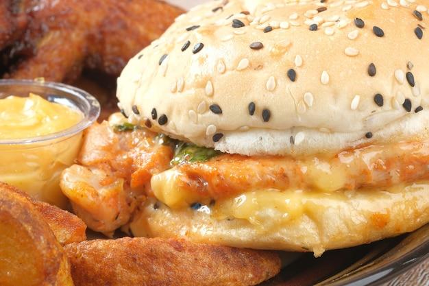 Concepto de comida chatarra con hamburguesas y chuletas de patata en la placa