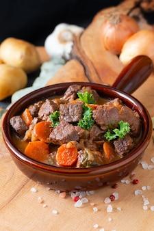 Concepto de comida clásico francés carnes estofado estouffade de boeuf con copia espacio