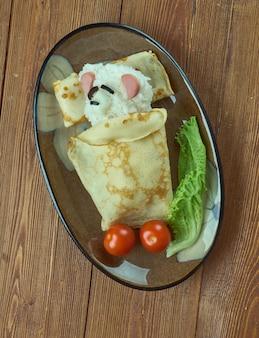 Concepto de comida creativa - oso polar durmiendo hecho de arroz, panqueques y verduras. menú infantil