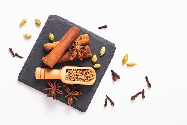 Concepto de comida de hierbas exóticas mezcla de las especias orgánicas canela, vainas de cardamomo