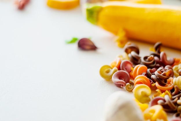 Concepto de comida italiana ingredientes para la pasta. tintes naturales para pasta tomate, espinacas, zanahorias.