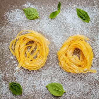Concepto de comida italiana con pasta cruda.