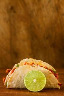 Concepto de comida mexicana sobre fondo de madera