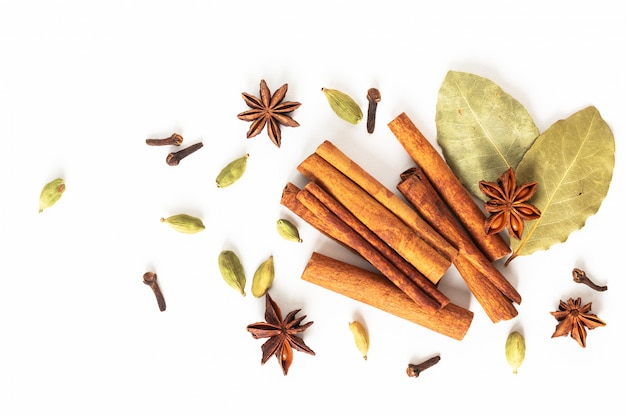 Concepto de comida mezcla de especias orgánicas anís estrellado, canela, laurel y vainas de cardamomo
