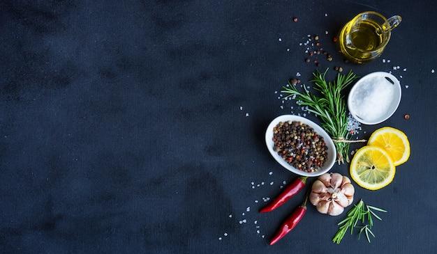 Concepto de comida orgánica sobre fondo negro