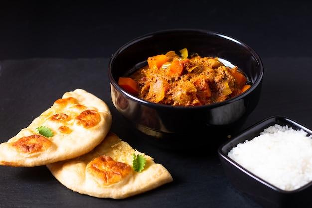 Concepto de comida oriental carne picada picada o picada al curry masala con pan y arroz naan