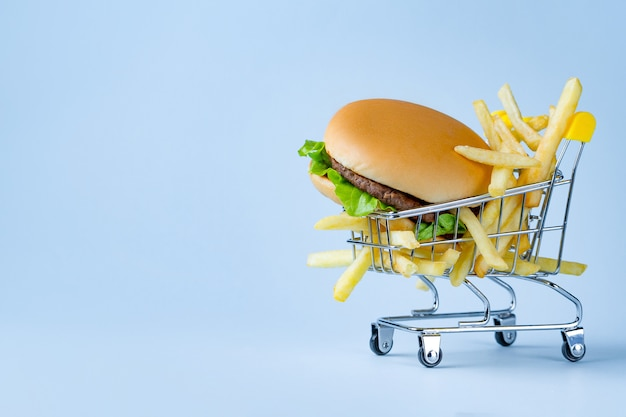 Concepto de la comida papas fritas y hamburguesa para merendar.