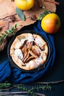 Concepto de comida recién horneado dorado pastel de manzana galette orgánico hecho en casa corteza mantecosa