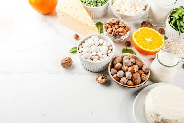 Concepto de comida saludable. conjunto de alimentos ricos en calcio: productos lácteos y veganos de ca
