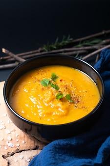 Concepto de comida saludable vegano caliente mezcla sopa de verduras en taza de cerámica negra