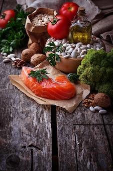 Concepto de comida sana para el corazón. enfoque selectivo