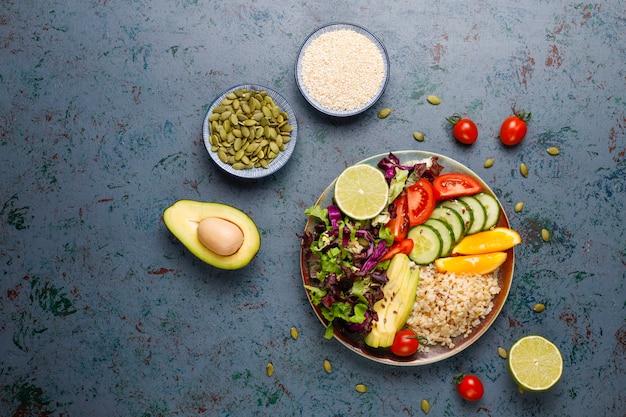 Concepto de comida sana vegetariana equilibrada, ensalada de verduras frescas, tazón de buda