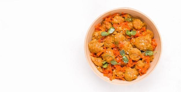 Concepto de comida vegana. carne de soja con verduras en un plato blanco. copie el espacio. bandera