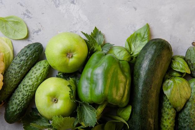 Concepto de comida vegetariana saludable, selección de alimentos verdes frescos para la dieta de desintoxicación