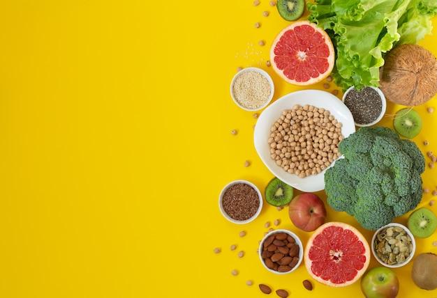 Concepto de comida vegetariana y vegana de salud. productos orgánicos ricos en antioxidantes, fibra y vitaminas. vista superior, espacio de copia