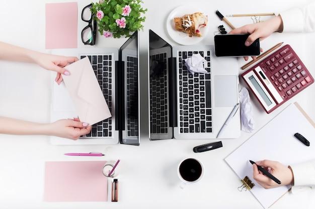 Concepto de cómodos lugares de trabajo masculinos y femeninos.