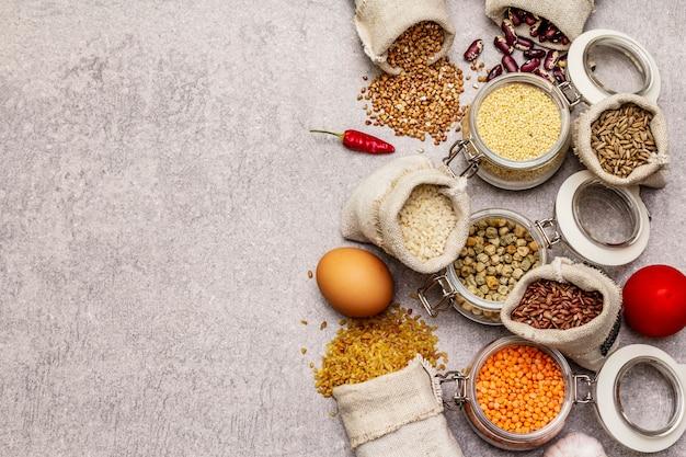 Concepto de compra de alimentos sin desperdicio. cereales, pastas, legumbres, champiñones secos, especias.