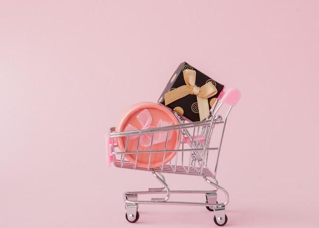 Concepto de compra en línea, carrito de compras con cajas de regalo