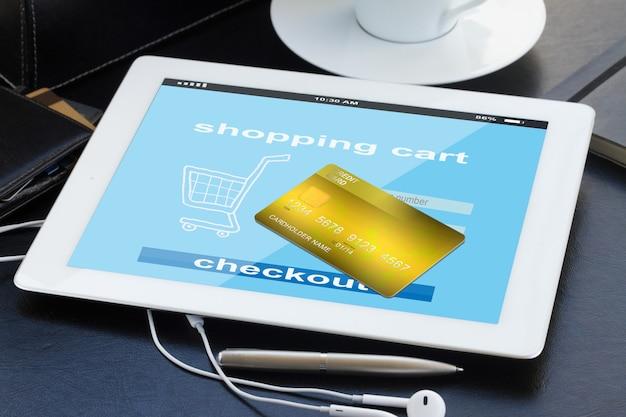 Concepto de compra móvil: pago en tienda virtual en tablet pc