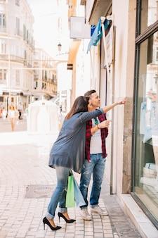 Concepto de compras con chica apuntando
