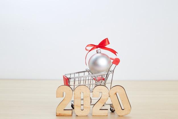 Concepto de compras del festival año nuevo 2020 en madera