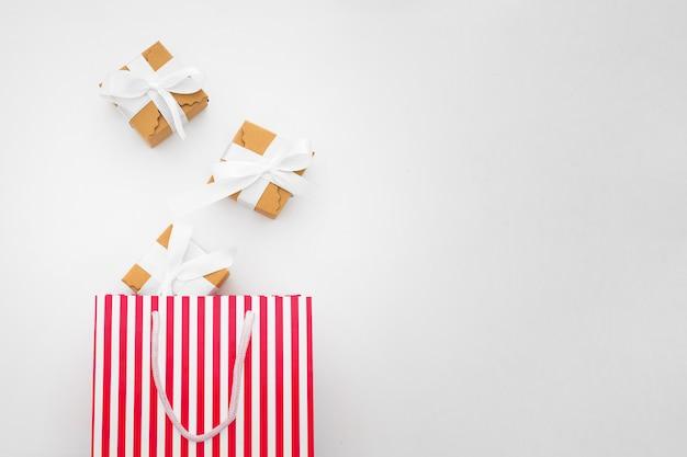 Concepto de compras hecho con cajas de regalo y bolsa de compras