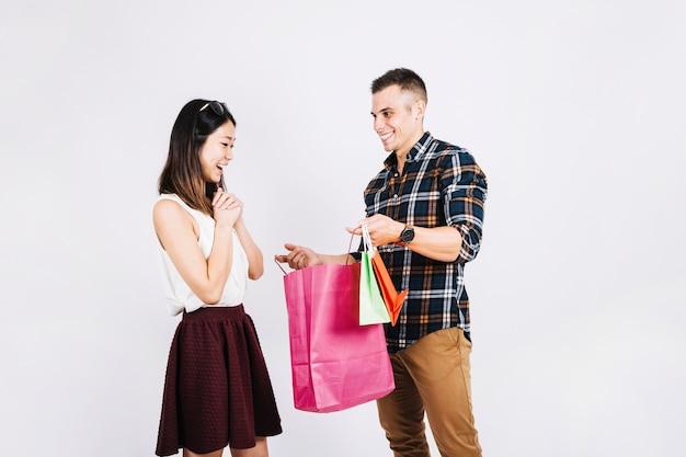 Concepto de compras con hombre dando bolsas