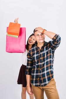 Concepto de compras con hombre desesperado