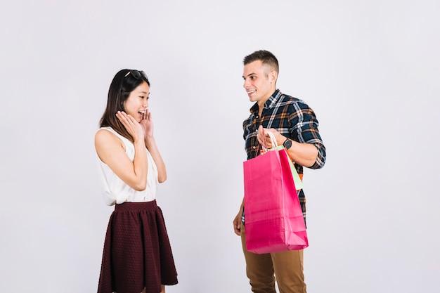 Concepto de compras con hombre enseñando bolsas