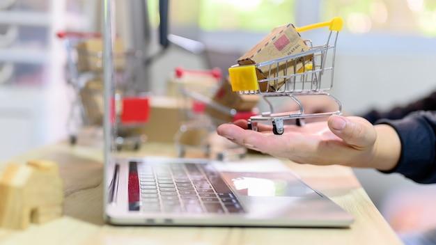 Concepto de compras en línea y entrega a domicilio. bloqueo y autocuarentena para trabajar en casa. efecto de comercio electrónico y negocios pyme de covid-19.