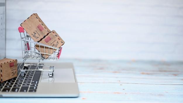 Concepto de compras en línea y entrega a domicilio. bloqueo y autocuarentena para trabajar en casa.