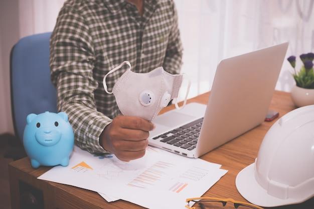 Concepto de compras en línea, hombre de negocios usando la máscara facial de compras portátil en línea.