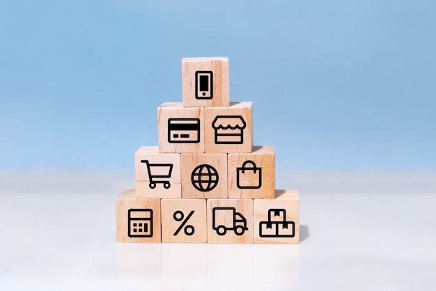 Concepto de compras en línea con iconos de negocios en línea en cubos de madera