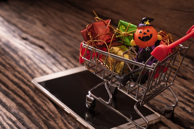 Concepto de compras móviles en línea festival de halloween.