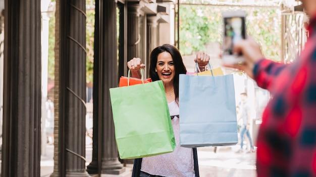 Concepto de compras con mujer enseñando bolsa