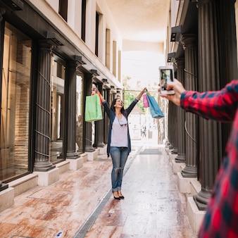 Concepto de compras con mujer posando para foto
