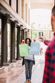 Concepto de compras con mujer sujetando bolsas para una foto