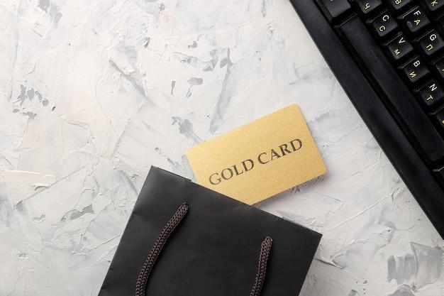 El concepto de compras online. composición con tarjetas de descuento y bolsa de compras sobre un fondo claro