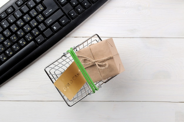 El concepto de compras online. composición con tarjetas de descuento en una cesta de la compra sobre un fondo claro