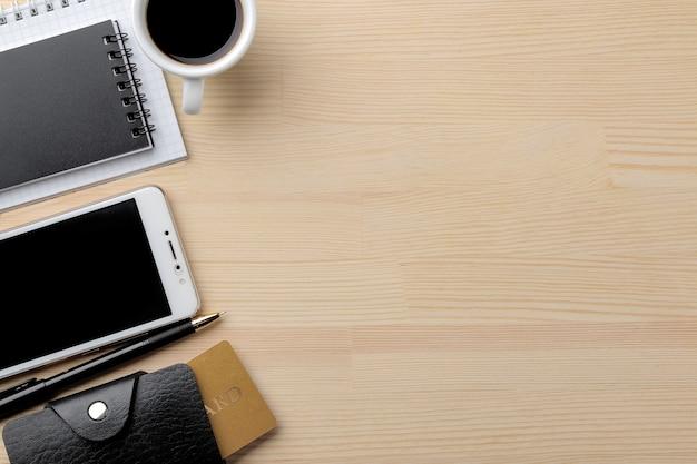 El concepto de compras online. composición con tarjetas de descuento teléfono y cuadernos en el fondo de la mesa