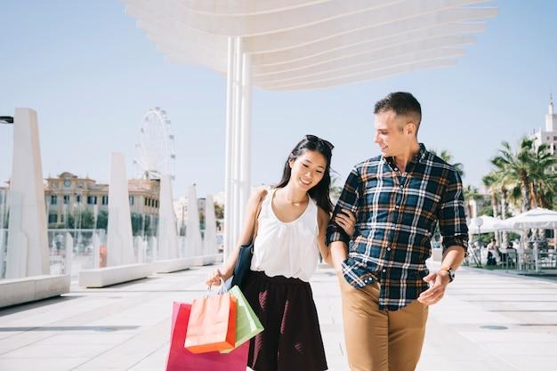 Concepto de compras con pareja andando