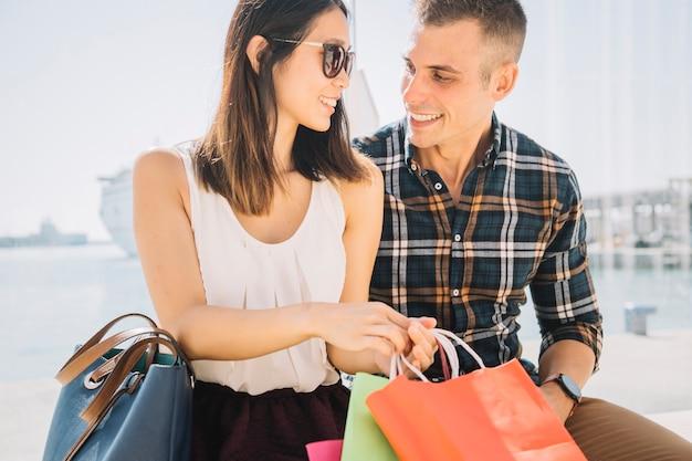 Concepto de compras con pareja en un día soleado