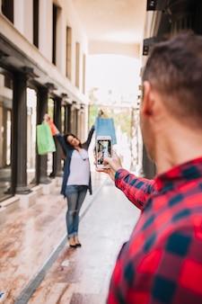 Concepto de compras con pareja haciendo un foto