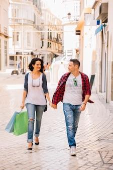 Concepto de compras con pareja llevando bolsas